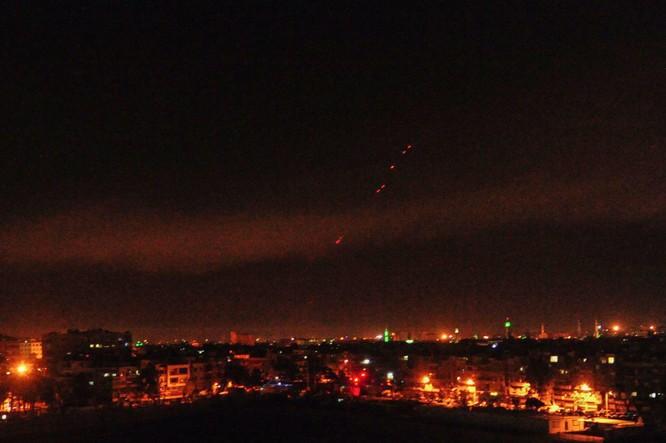 Hơn 100 tên lửa Mỹ, Anh, Pháp ồ ạt tấn công những mục tiêu nào ở Syria ảnh 1