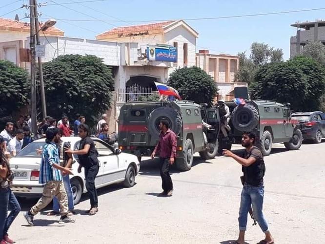 Quân cảnh Nga tiến vào cứ địa thánh chiến tại Daraa, thêm một thị trấn đầu hàng ảnh 3