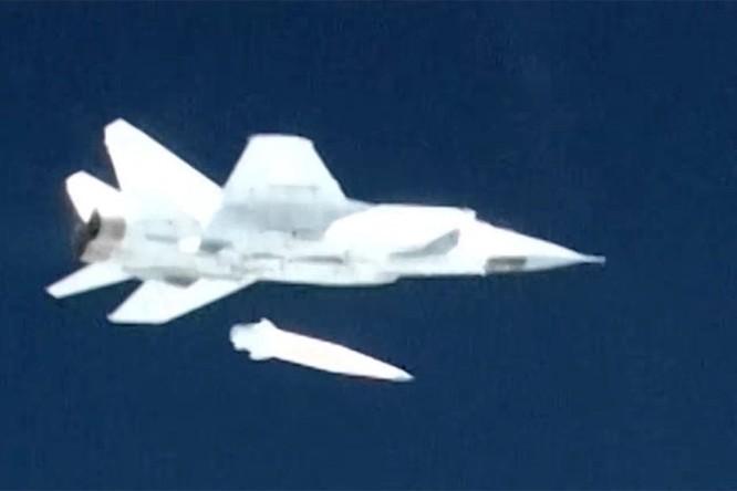 """Phương Tây lạnh gáy: Kinzhal Nga là phiên bản Iskander trên """"sát thủ tàu sân bay"""" Tu-22M3 ảnh 1"""