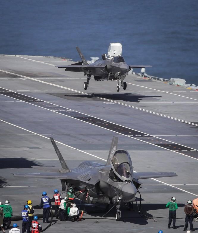 Xem siêu tiêm kích F-35B cất hạ cánh trên tàu sân bay Anh ảnh 1