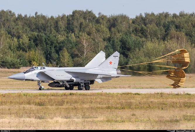 Lộ ảnh máy bay tiêm kích tầm xa MiG – 31D mang tên lửa chống vệ tinh ảnh 4
