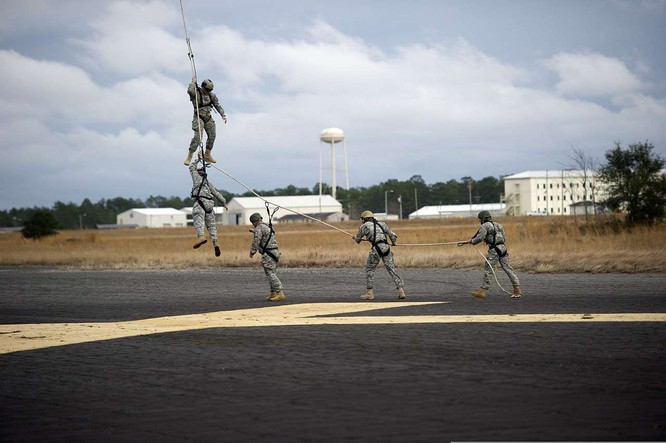 Đặc nhiệm Mỹ huấn luyện binh sĩ bay trong không trung ảnh 2