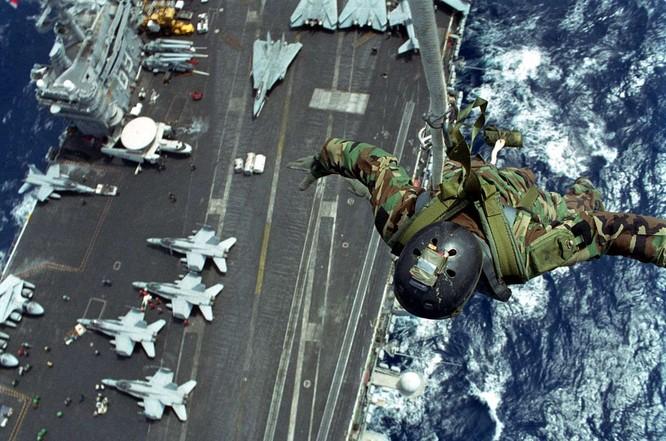 Đặc nhiệm Mỹ huấn luyện binh sĩ bay trong không trung ảnh 4
