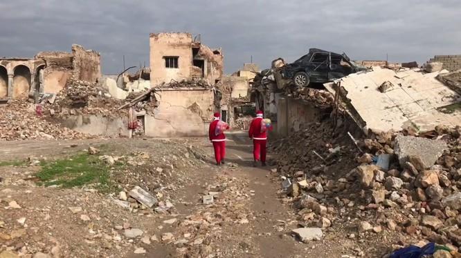 Giáng sinh hậu tận thế: Ông già Noel khó khăn tìm và trao quà cho trẻ em ở thành phố hủy diệt Mosul ảnh 1
