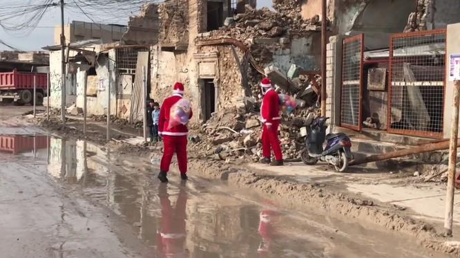 Giáng sinh hậu tận thế: Ông già Noel khó khăn tìm và trao quà cho trẻ em ở thành phố hủy diệt Mosul ảnh 2
