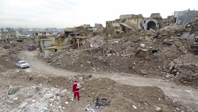 Giáng sinh hậu tận thế: Ông già Noel khó khăn tìm và trao quà cho trẻ em ở thành phố hủy diệt Mosul ảnh 3