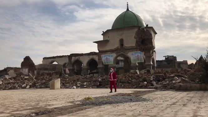 Giáng sinh hậu tận thế: Ông già Noel khó khăn tìm và trao quà cho trẻ em ở thành phố hủy diệt Mosul ảnh 4