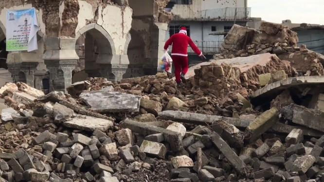 Giáng sinh hậu tận thế: Ông già Noel khó khăn tìm và trao quà cho trẻ em ở thành phố hủy diệt Mosul ảnh 5