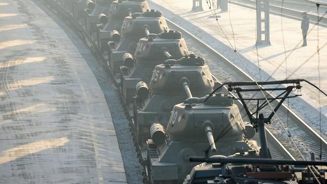 Dân Nga hân hoan đón chào xe tăng T-34 huyền thoại trở về từ Lào ảnh 1