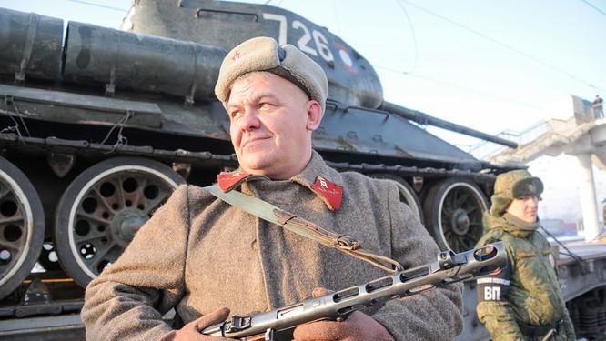 Dân Nga hân hoan đón chào xe tăng T-34 huyền thoại trở về từ Lào ảnh 6