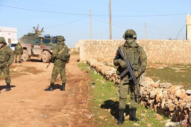 Quân cảnh Nga tuần tra chung với dân quân người Kurd ở Manbij ảnh 1