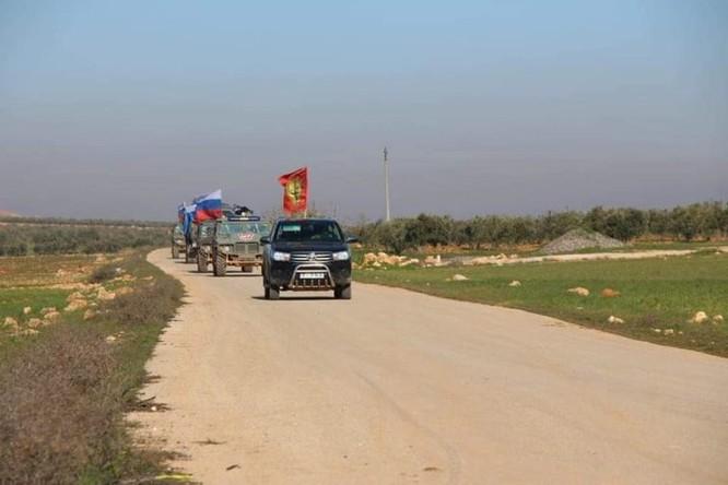 Quân cảnh Nga tuần tra chung với dân quân người Kurd ở Manbij ảnh 2
