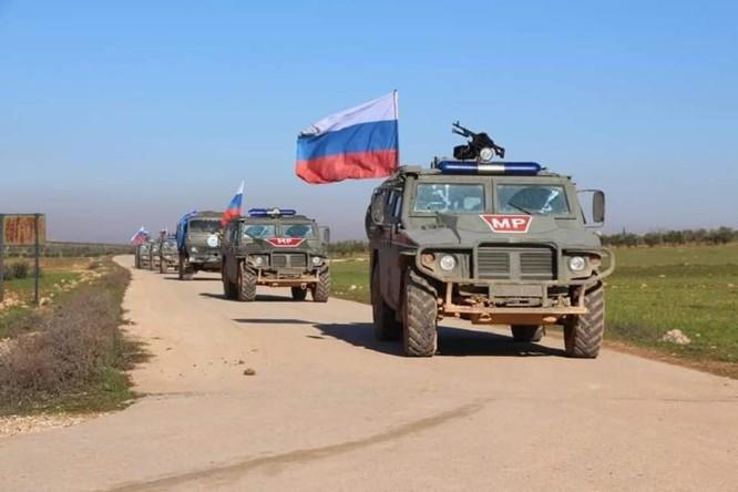 Quân cảnh Nga tuần tra chung với dân quân người Kurd ở Manbij ảnh 3