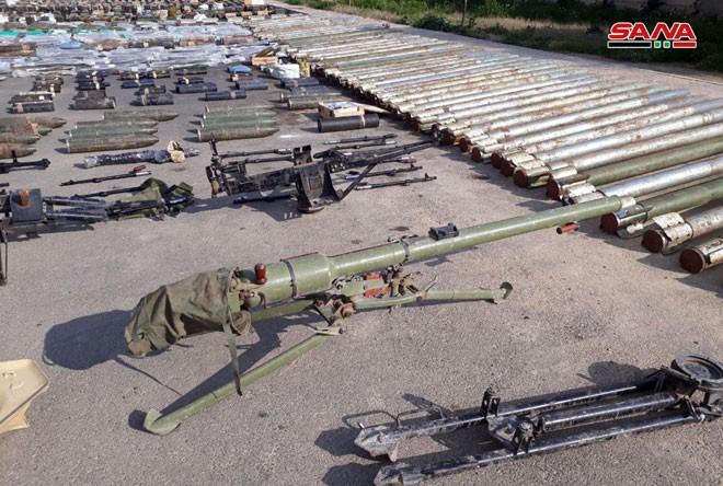 """Quân đội Syria thu hoạch vũ khí của """"quân thánh chiến"""" tại ngoại ô Damascus ảnh 1"""