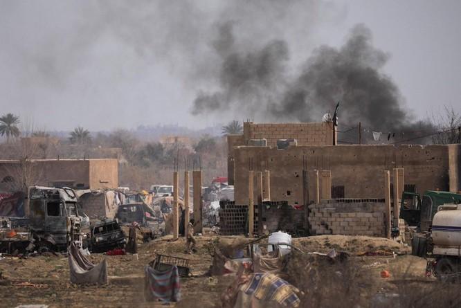 Lực lượng Dân chủ Syria chiếm trại Baghouz, IS lũ lượt ra hàng ảnh 3