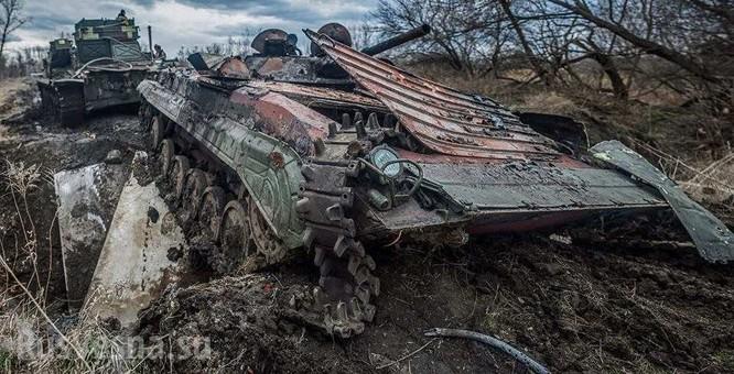 Xe thiết giáp Ukraina trúng mìn trên vùng Donbass ảnh 1