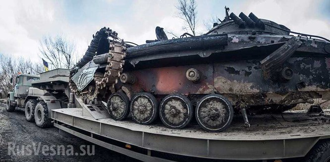Xe thiết giáp Ukraina trúng mìn trên vùng Donbass ảnh 2