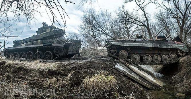 Xe thiết giáp Ukraina trúng mìn trên vùng Donbass ảnh 3
