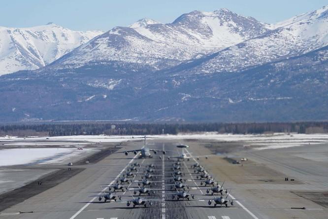 """F-22 Raptor Mỹ thực hiện cuộc diễn tập """"Voi đi bộ"""" quyết dành ưu thế với Nga ở Bắc Cực ảnh 1"""