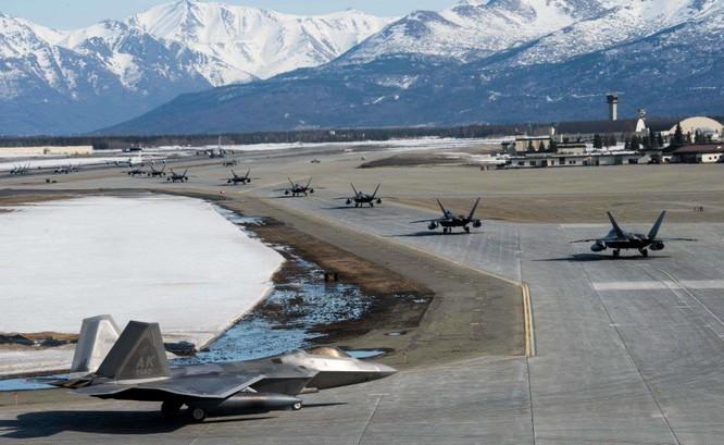 """F-22 Raptor Mỹ thực hiện cuộc diễn tập """"Voi đi bộ"""" quyết dành ưu thế với Nga ở Bắc Cực ảnh 2"""
