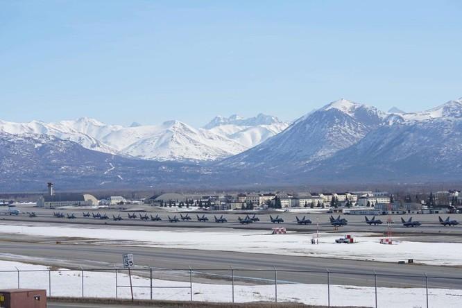 """F-22 Raptor Mỹ thực hiện cuộc diễn tập """"Voi đi bộ"""" quyết dành ưu thế với Nga ở Bắc Cực ảnh 5"""