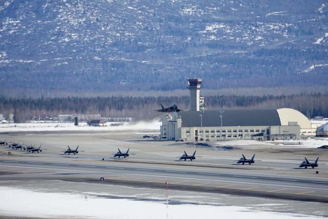 """F-22 Raptor Mỹ thực hiện cuộc diễn tập """"Voi đi bộ"""" quyết dành ưu thế với Nga ở Bắc Cực ảnh 6"""