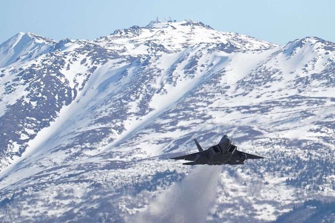 """F-22 Raptor Mỹ thực hiện cuộc diễn tập """"Voi đi bộ"""" quyết dành ưu thế với Nga ở Bắc Cực ảnh 8"""