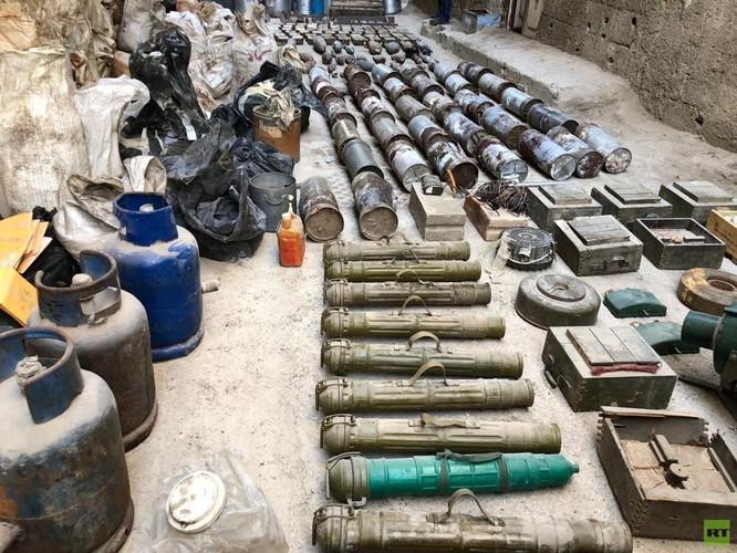 Quân cảnh Nga phát hiện một kho vũ khí của IS ở trại Yamouk, Damascus ảnh 1