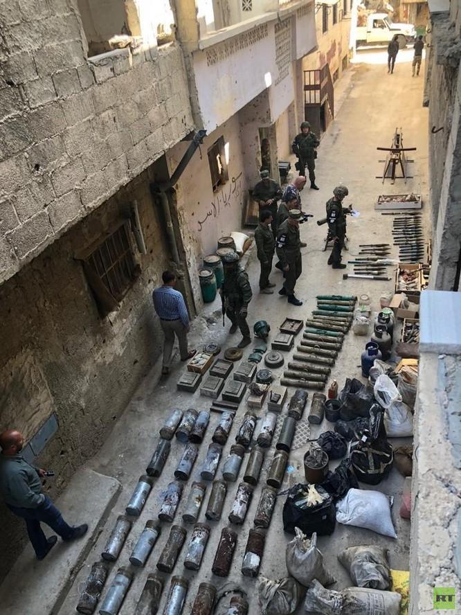 Quân cảnh Nga phát hiện một kho vũ khí của IS ở trại Yamouk, Damascus ảnh 5