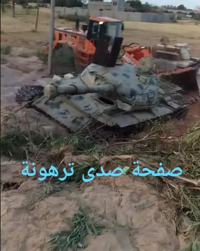 Xe T-55 bị phá hủy đáng kinh ngạc ở Libya, nòng pháo xé tan thành mảnh ảnh 1