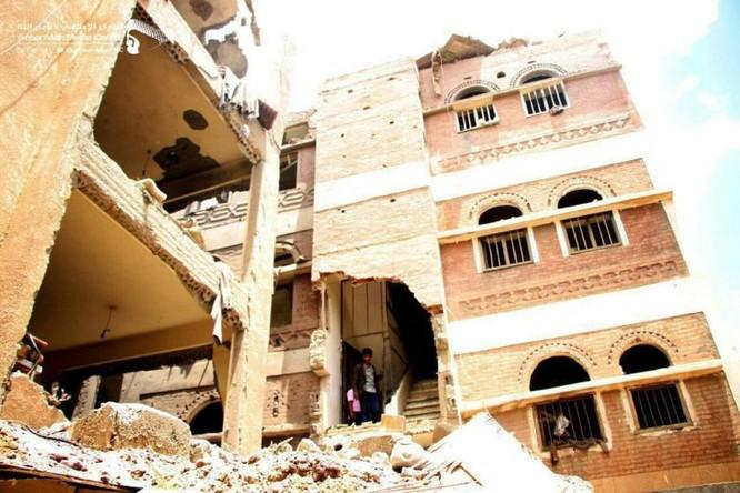 Houthi không kích trạm bơm dầu của Ả rập Xê út, Liên minh vùng Vịnh ném bom dân thường ở thủ đô Yemen ảnh 7