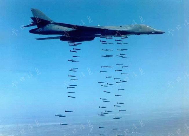 Máy bay ném bom B-1B Mỹ tiến hành ném bom rải thảm - bom Mk-82. Ảnh: Tin tức Tham khảo, Trung Quốc.