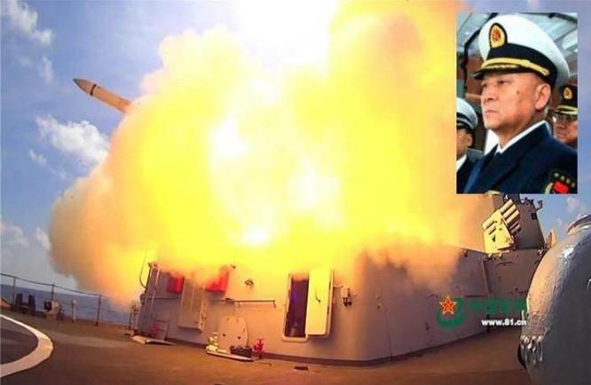 Từ ngày 5 - 11/7/2016, 3 hạm đội lớn của Hải quân Trung Quốc tiến hành tập trận bắn đạn thật ở vùng biển phía đông đảo Hải Nam và vùng biển quần đảo Hoàng Sa của Việt Nam. 4 Thượng tướng Trung Quốc đã trực tiếp chỉ đạo tập trận tại hiện trường. Ảnh: Chinatimes/81.cn
