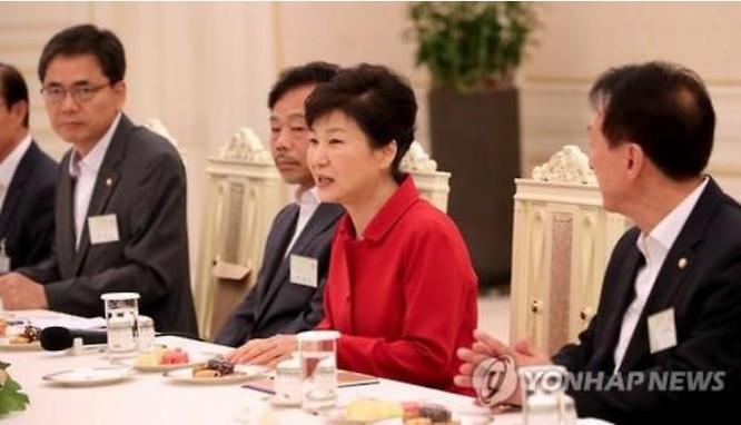 Ngày 4/8/2016, Tổng thống Hàn Quốc Park Geun-hye tiếp các nghị sĩ đến từ khu vực triển khai THAAD. Ảnh: Sina Trung Quốc.
