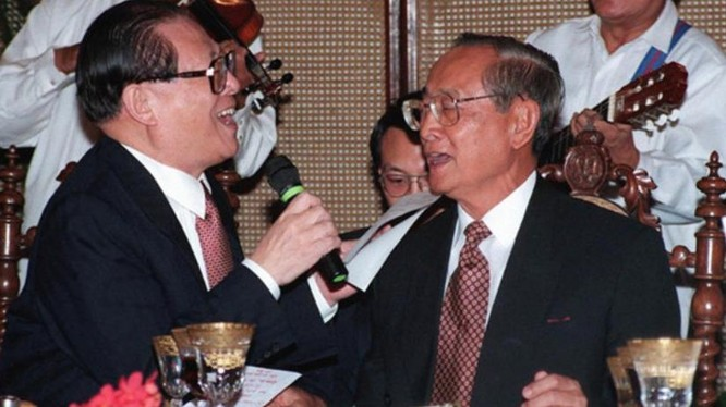 Tổng thống Philippines Fidel Ramos (bên phải) và Chủ tịch Trung Quốc Giang Trạch Dân cùng hát ở một buộc tiệc chiêu đãi cấp nhà nước tại Dinh Malacanang, Manila, Philippines vào ngày 26/11/2016. Ảnh AFP.