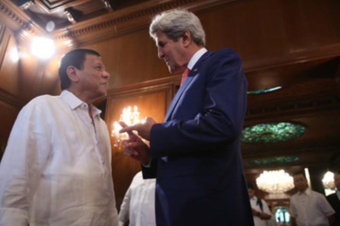 Ngày 27/7/2016, Tổng thống Philippines Rodrigo Duterte tiếp Ngoại trưởng Mỹ John Kerry. Ảnh: Rappler.