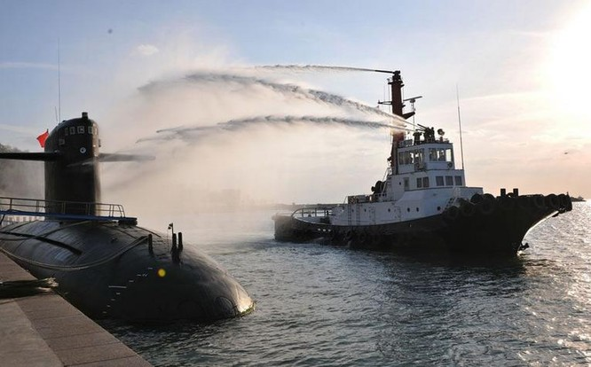 Binh sĩ căn cứ tàu ngầm Trung Quốc tiến hành diễn tập cứu hộ an toàn hạt nhân trên biển. Ảnh: Tin tức Tham khảo, Trung Quốc.
