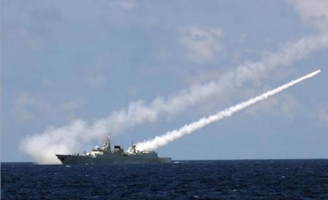 Từ ngày 5 - 11/7/2016, ba hạm đội lớn của Hải quân Trung Quốc tổ chức tập trận bất hợp pháp ở vùng biển quần đảo Hoàng Sa của Việt Nam và phía đông đảo Hải Nam, Trung Quốc. Trong hình là tàu khu trục Quảng Châu, Hạm đội Nam Hải bắn tên lửa phòng không. Ảnh: Sina Trung Quốc.