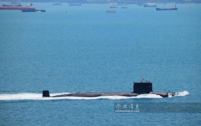 Tàu ngầm hạt nhân Trung Quốc cắm quốc kỳ đi qua eo biển Malacca. Ảnh: Tin tức Tham khảo, Trung Quốc