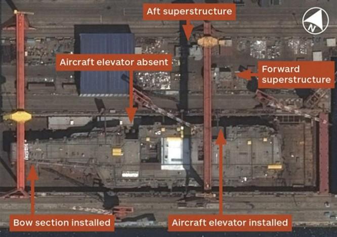 Hình ảnh vệ tinh ngày 11/8/2016 cho thấy tàu sân bay nội đầu tiên Type 001A của Trung Quốc sắp hoàn thành chế tạo. Ảnh: Tin tức Tham khảo, Trung Quốc.