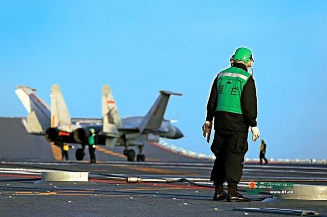 Trung Quốc tiến hành huấn luyện phi công máy bay chiến đấu J-15 trên tàu sân bay Liêu Ninh. Ảnh: Tin tức Tham khảo, Trung Quốc.