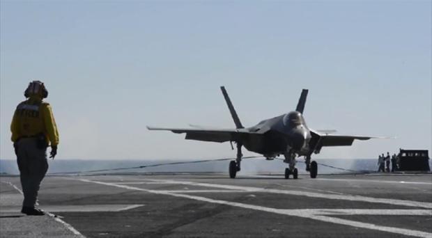 Máy bay chiến đấu tấn công liên hợp tàng hình F-35C hạ cánh trên tàu sân bay động cơ hạt nhân USS Nimitz (ảnh tư liệu)