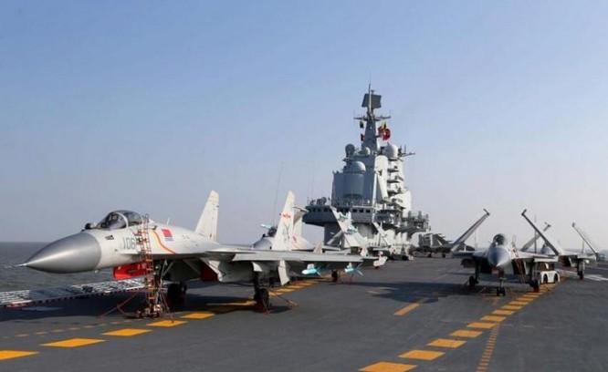 Trung Quốc tiến hành huấn luyện máy bay chiến đấu cất hạ cánh trên tàu sân bay Liêu Ninh. Ảnh: Tin tức Tham khảo, Trung Quốc.
