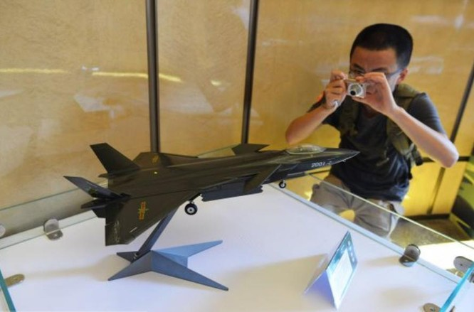 Mô hình máy bay chiến đấu J-20 tại một triển lãm quốc phòng ở Thượng Hải ngày 23/8/2014. Ảnh: Tin tức Tham khảo, Trung Quốc.