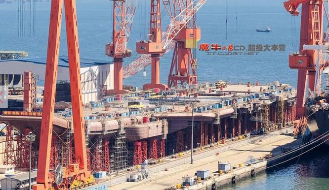 Tàu sân bay nội đầu tiên Type 001 Trung Quốc đã lắp đảo tàu. Ảnh: báo Phượng Hoàng, Hồng Kông.
