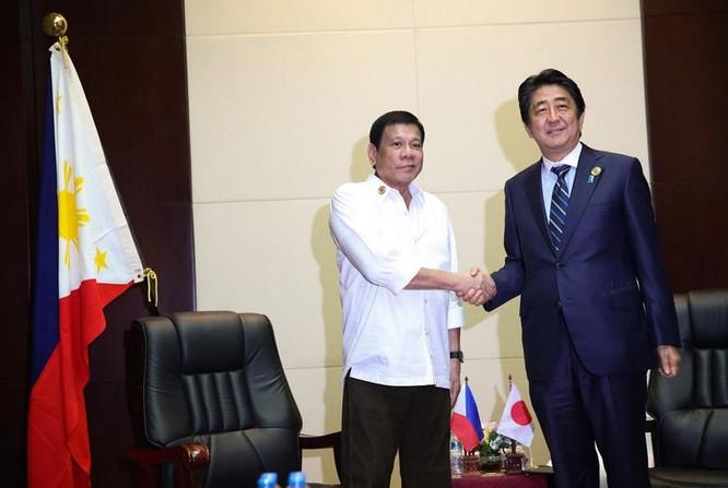 Ngày 6/9/2016, Tổng thống Philippines Rodrigo Duterte gặp Thủ tướng Nhật Bản Shinzo Abe tại Lào. Ảnh: news.abs-cbn.com