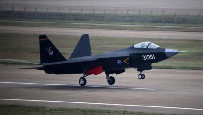 Máy bay chiến đấu tàng hình J-31 Trung Quốc bay biểu diễn tại Triển lãm hàng không Chu Hải năm 2014 (ảnh tư liệu)