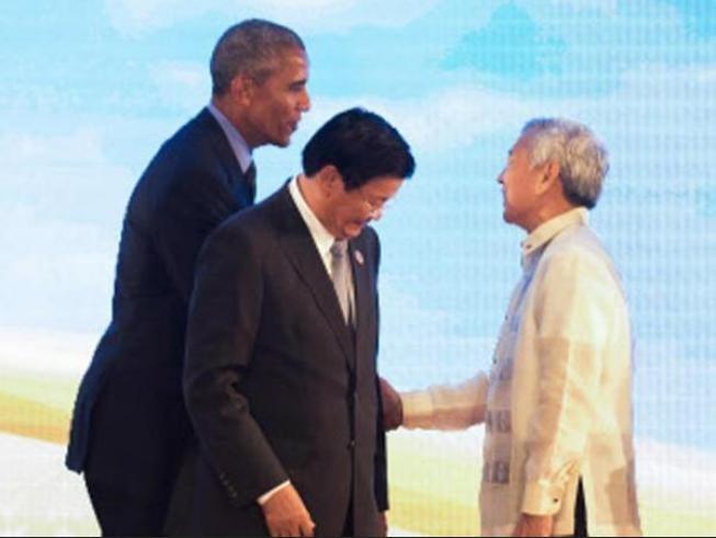 Ngày 8/9/2016, tại Lào, Tổng thống Mỹ Barack Obama bắt tay Bộ trưởng Ngoại giao Philippines Perfecto Yasay. Ảnh: Indiatimes