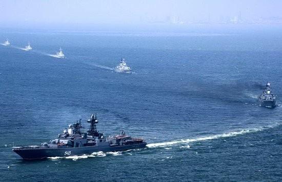 Biên đội tàu chiến Trung Quốc và Nga trong cuộc tập trận Sứ mệnh Hòa bình-2005 (ảnh tư liệu)