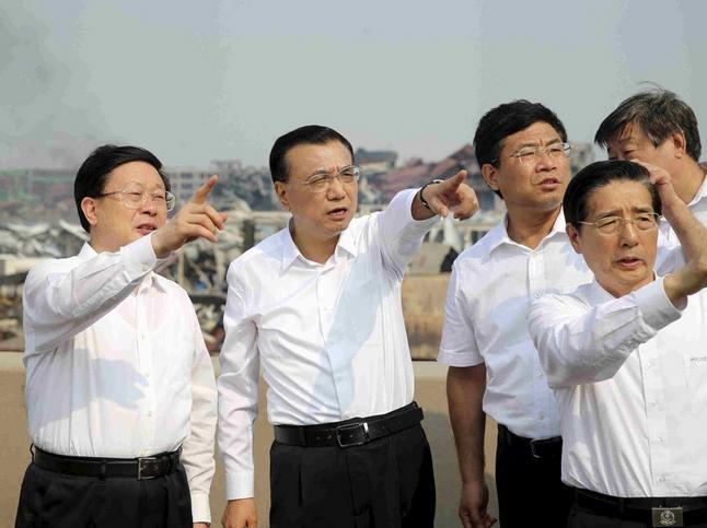 Ông Hoàng Hưng Quốc (người đứng thứ nhất) và Thủ tướng Trung Quốc Lý Khắc Cường tại hiện trường sự cố nổ kho chứa hóa học ở Thiên Tân năm 2015. Ảnh: Reuters/Đa Chiều.